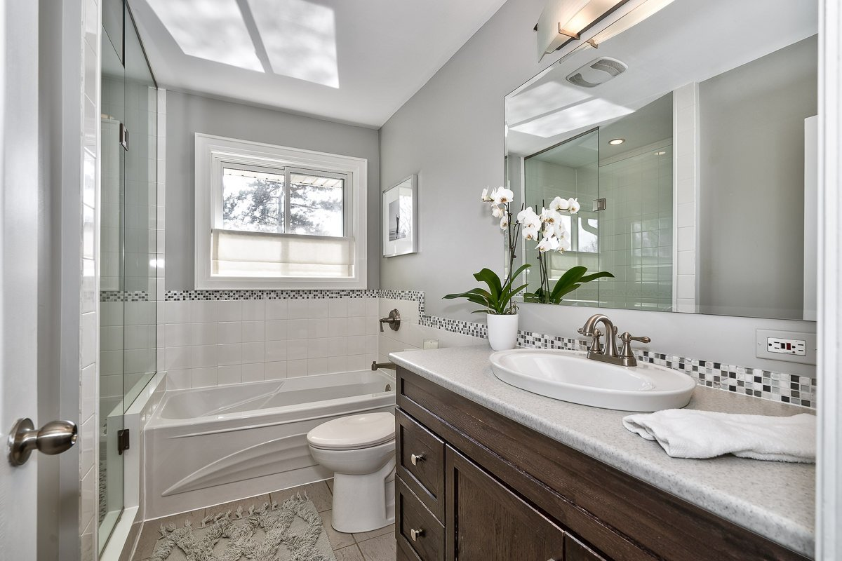 182-white-pines-drive-burlington-on-l7l-4e4-4pc-bathroom-buller-real-estate-group_00018